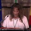 """Momentos historicos: """"Robe"""", de Extremoduro, recibiendo la Medalla de Extremadura en el Teatro Romano de Merida"""